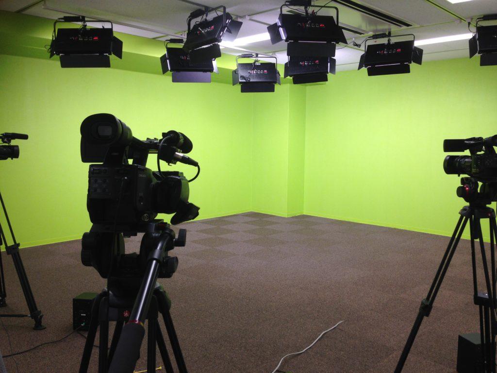 クロマキーグリーンの壁面が2面あるスタジオです。 2面を同時使用しての撮影や、一面ずつ撮影して2つの画を切り替えながら収録・配信することが可能です。
