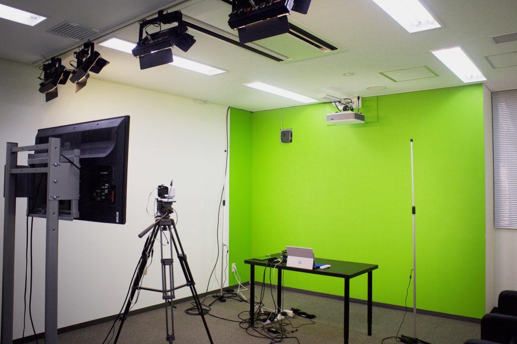 eラーニングや商品説明用の動画を撮るためのハイパークロマキー仕様のスタジオです。 セルフで撮影できるように、フットペダルが用意されていて、足で操作して撮影をすすめることができます。